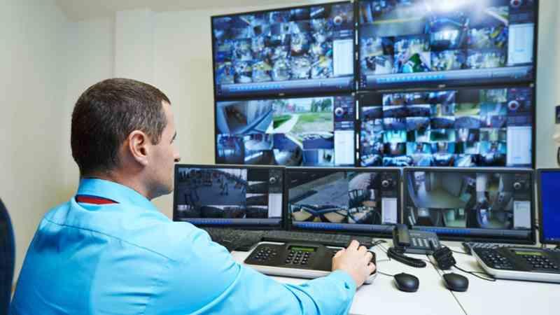 Видеозапись постоянно контролируется в прямом эфире.